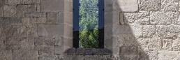 Vidriera transparente de la iglesia de la abadía cisterciense de Beaulieu
