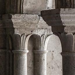 Capiteles del claustro de la abadía cisterciense de Fontenay