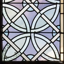 Detalle de vidrio emplomado de la abadía cisterciense de Fontenay